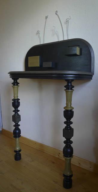 Console en chêne massif, teintée noir et métal, finition huilée