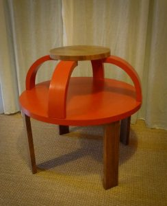 Table en contreplaqué noyer, finitions peinte et vernie