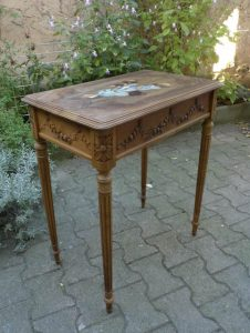 Petite table style Louis XVI en noyer, plateau marqueté, finition cirée