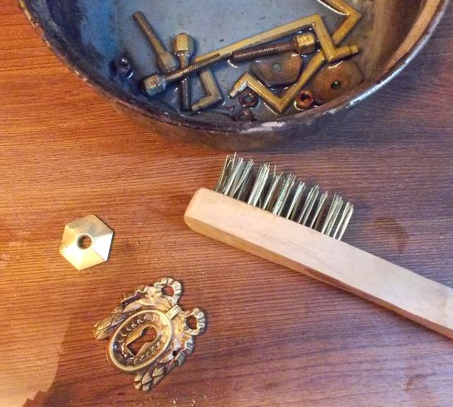 Nettoyage quincailleries en laiton Louis-philippe