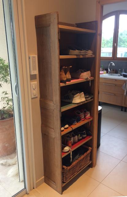Meuble à chaussures sur mesure en upcycling - en place trois-quart